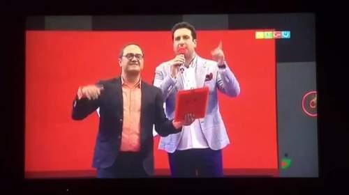 اجرای زنده امید حاجیلی - آهنگ دلبر به سبک خندوانه ای